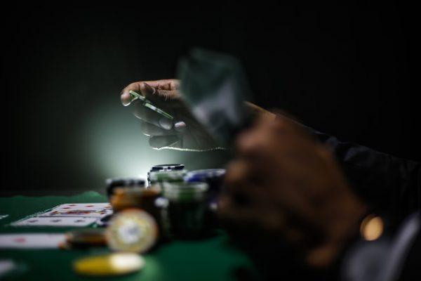 Mann som spiller poker